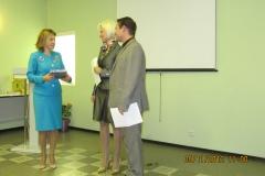 """Приз авторам от лидера-представителя косметической компании """"Mary Kay"""" Наили Салиховой."""